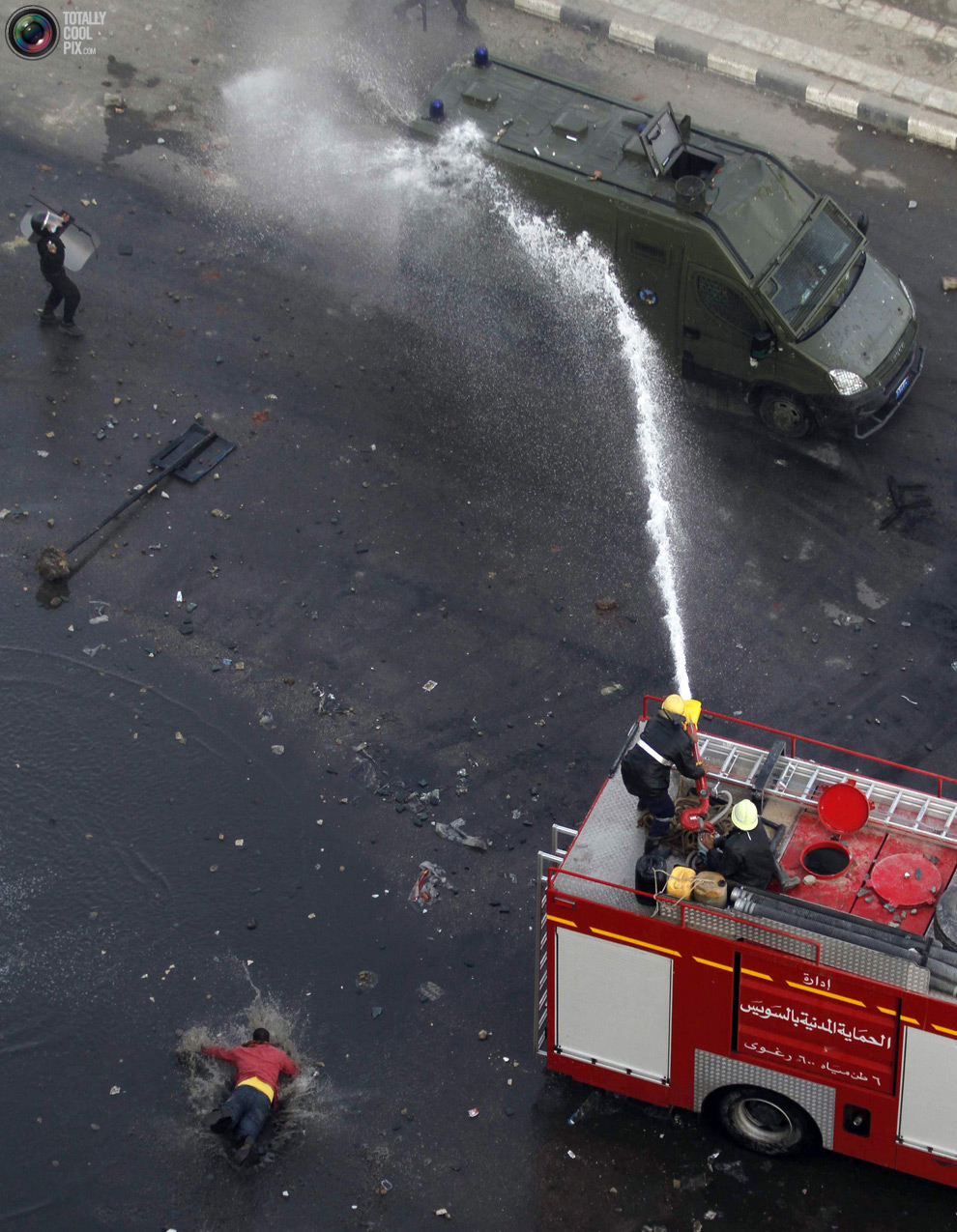 يطفأون عربة طالتها النيران