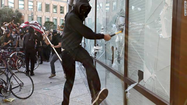 خلال عمليات التخريب السياسي في أوكلاند في الولايات المتحدة خلال اعتصام لحركة احتلوا وول ستريت