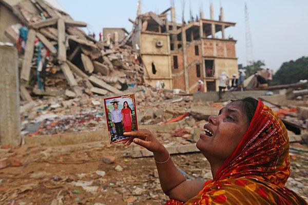 امرأة بنغلادشية فقدت أحبائها في انهيار مصنع الأنسجة.