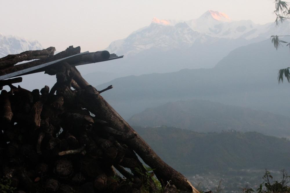 قبل شروق الشمس بلحظات في قرية على سفح جبال الهيمالايا. الصورة بعدستي