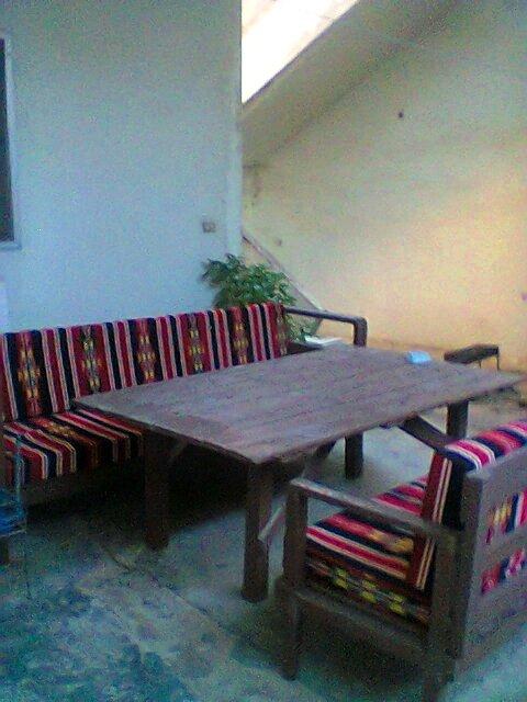 طاولة صنعتها بنفسي من باب قديم في منزل أهلي في البقاع. المقاعد أيضاً صنعتها من خشب قديم بالتعاون مع والدي