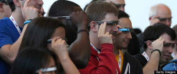 مجموعة من الناس تجرّب نظّارات غوغل غلاس التي تحوي شاشة صغيرة داخلها.