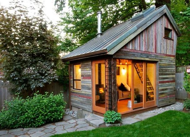"""هنالك حركة اسمها """"المنازل الفائقة الصغر"""" في الغرب تذهب إلى حد اعتماد منازل صغيرة جداً لتجنب الديون والقروض وتحقيق الاستقلالية المالية. في الصورة منزل صغير مؤلف من غرفة جلوس صغيرة وسرير في الطابق الثاني."""