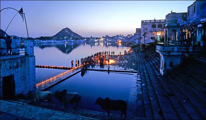 إحدى جوانب بحيرة بوشكار ويبدو المؤمنون الهندوس في الصورة.
