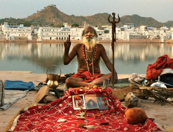 أحد الرهبان المتعبدين للإله شيفا على ضفاف بحيرة بوشكار.
